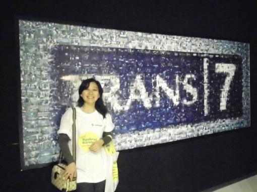 berfoto di depan Trans 7